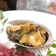 延岡産の流れ子(トコブシ)をやわらかくバター醤油で仕上げた絶品です。