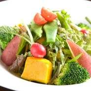 自家製のドレッシングで召し上がっていただく、旬の野菜。
