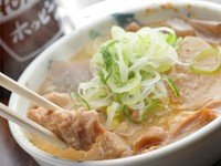 信州産の和牛のモツをじっくり2時間煮込みます。味わい深い当店自慢の逸品です!