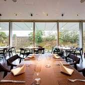お堀の桜を眺めてのお食事