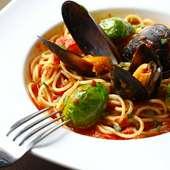 ムール貝と芽キャベツのトマトスパゲティ