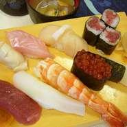たっぷりのイクラと大海老がうれしい。自慢の白身も存分に味わえるぜいたくなお寿司