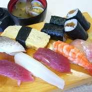 オーソドックスな中にも他店との違いを感じさせる旨さがぎゅっとつまったお寿司。玉子とのり巻きがうれしい