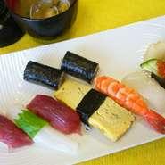 にぎり小さめの女性に食べやすい大きさのお寿司7貫とかんぴょう巻半分の少量サイズ。男性も注文できます