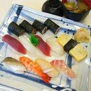 にぎり9貫と巻物一本のボリューム感の有るお寿司。並寿司の大盛りになります。女性も注文できます