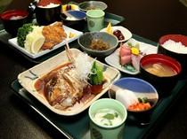 日替ランチ800円、日替の刺身に煮魚か揚物が選べます。大人気!