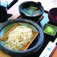 西会津の生産者様から直接そば粉を仕入れております。 つなぎは一割。 焼きねぎのと鴨の旨みたっぷりの熱々のつけ汁に、 冷たいお蕎麦をひたしてお召し上がりください。
