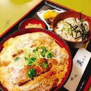 広島県産の大ぶりの牡蠣を高温で一気に揚げてます! かぶりついた瞬間はサクサク♪ 頬張ればとろふわジューシー♪ 味わえば芳醇なカキの旨み♪ 飲み込むときには鼻から抜ける香り♪