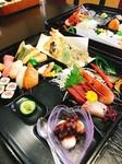 刺身/寿司/天ぷら/酢の物/煮物/焼き物など季節にお応じた会席御膳です。 事前にご予約頂いてご提供しております。