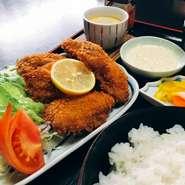 広島産の大ぶりの牡蠣を5つ使用しております。 カラッと揚げたてのカキフライを頬張れば、口いっぱいに広がる旨み。