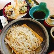 天ぷらには大ぶりの2本のエビと、野菜は3品。 そして、蕎麦は毎朝仕込みで、売り切れ御免の人気商品。