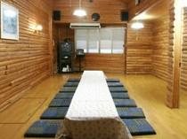 20畳のログハウス風の板間はご宴会やパーティーにお勧めです