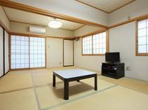 広々とした明るい和室あり。足を伸ばしてくつろげます