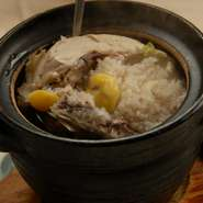 鶏肉にもち米や赤ナツメなどを詰めてじっくり煮込んだスープ。滋養強壮、美肌効果バツグン!心から温めます。