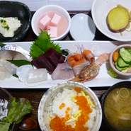 旬のお造り盛り合わせメインのお膳です お造り盛り合わせ・イクラ丼(小)・お味噌汁・漬物・小鉢2品・サラダ・甘味・ドリンク1杯付