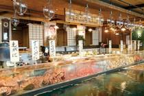 巨大水槽に所狭しと活カニ、活魚、貝類がひしめき合っています。