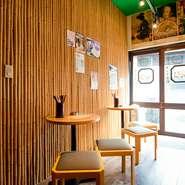 風情のある外観と看板が目を引くお店。京都らしさを味わえる店内はあたたかな風合いの木製で統一されており、ゆったりとくつろげる落ち着いた空間です。観光客の方にもぴったりな一軒です。