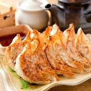 絶妙の焼き具合で焼き目はパリッと。特製の皮のモチモチした食感も。