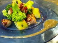 アンチョビにんにくバーニャカウダソース - Polpo e broccoli saltati con salsa alla bagnacauda -