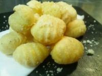 - Gnocco fritto al pepe nero con parmigiano grattugiato -