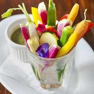 - Ortaggini freschi d'oggi con salsa verde -