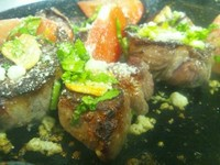 - Griglia d'agnello al'aglio con salsa piccante -