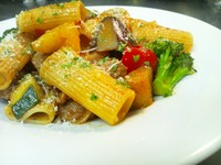 麦香豚骨のブイヨン仕立て - Rigatoni al pomodoro con agnello e verdure di stagione -