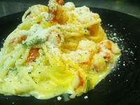 - spaghetti alla carbonara fredda con gamberi e basilico -