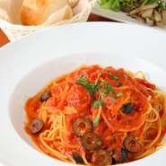 当店自慢の電気式の石窯で焼きあげるナポリピッツァ。90秒でムラなく美味しく焼きあがります!定番のマルゲリータはもちろん、出来立て熱々のピッツァをぜひご賞味ください!