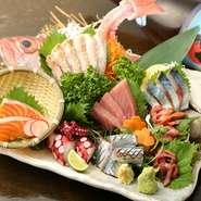 ご希望により2点~5点盛りまで対応します。築地や調布武蔵野といった市場へ毎日買い付けに行くので、鮮度は抜群! 素材によって肝醤油など、おいしい食べ方も提案します。