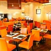 オレンジ色の椅子、高めの天井が明るくカジュアルな雰囲気です