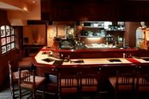 焼肉店では珍しいオープンキッチンのカウンター席