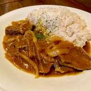 牛タンと玉ねぎをたっぷり使用し、スパイスを効かせたカレーライス。ライスには食感の邪魔をしない、低配合の雑穀米を使用しております。