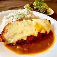 鹿児島産 茶美豚のロース肉を使ったジューシーな厚切りとんかつに、モッツァレラチーズをトッピングした贅沢なカレーライス。ライスには食感の邪魔をしない、低配合の雑穀米を使用しております。