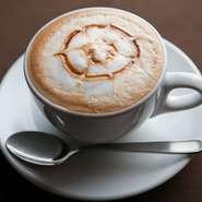 香り高い無農薬栽培のコーヒー。ラテやカプチーノ、フレーバーラテも豊富に取り揃えております。