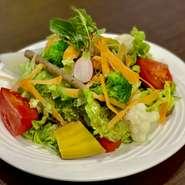 お店で手作りした鶏と豆腐のヘルシーハンバーグ。 和風ソースで召し上がれ☆ 全てのランチメニューにビュッフェが付いています。
