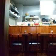 八金のあったかい料理を作ってる厨房が見えるカウンター。時にはスタッフと会話を楽しみながらお食事もできます。