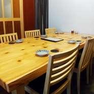 お席のバリエーションが豊富な八金。3~4名の少人数様で、しっぽり、他のお客様に気兼ねなく使える個室もございます。