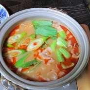 2名様から <内容> ・鶏鍋 ・刺身盛り合わせ ・炭火焼き(肉・干物) ・ホタテご飯 ・お漬物盛り合わせ その他、日替わり料理等