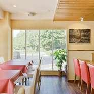 ランチは明るく開放的! ディナーは落ち着いた雰囲気で…  美味しいお料理をお召し上がりいただきながら お二人の素敵な時間をお楽しみください!