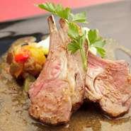 じっくりと時間をかけて焼き上げた仔羊の肉はとってもジューシーです。