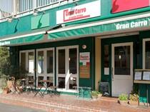 イタリアカラーの緑が目を惹く店外!