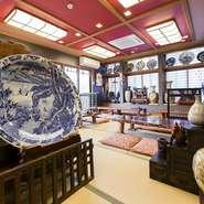 店内にはご主人の趣味である骨董品が飾られています。入口には、大きいえびす様と大黒様も。お食事をしながらお楽しみください。