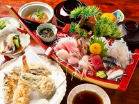 刺身豪華舟盛り・天ぷら・煮物・酢の物・ご飯・みそ汁・お新香・フルーツがつきます。