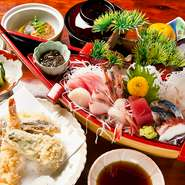 刺身豪華舟盛り・天ぷら・煮物・酢の物・ご飯・みそ汁・お新香、フルーツが付きます。