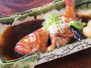 その日に仕入れた、鮮度抜群の旬の魚の煮付け『金目鯛姿煮』