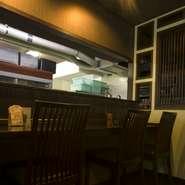 横に並んで一緒に食べられる≪カウンター≫はカップルに大人気