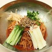 ビビン麺(つるつる麺に特製の甘辛ダレを絡めての人気麺料理)