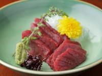 脂身が無くきめ細いのが特徴の『鹿肉のお刺身』。赤ワイン片手にお愉しみ下さい。