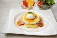 マフィンをベースにベーコン、チーズとポーチドエッグをオランデーズソースで! (サラダ・フルーツ付)